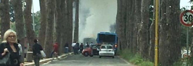 Roma, un altro bus a fuoco a Castel Porziano