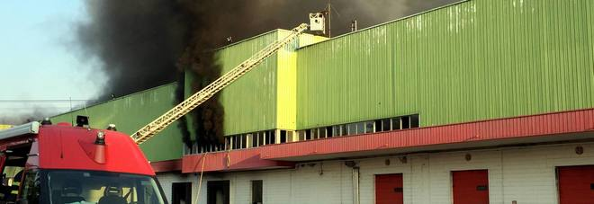 Paura a Milano, capannone in fiamme: