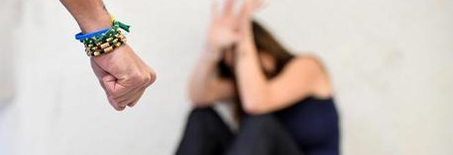 Spacca la sedia in testa alla moglie la minaccia con scheggia appuntita