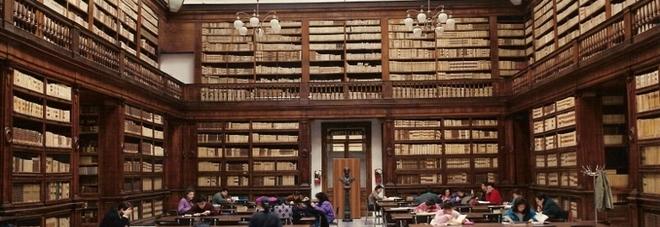 Dalla periferia al centro, un progetto per salvare i libri della Biblioteca Universitaria con i giovani di Scampia