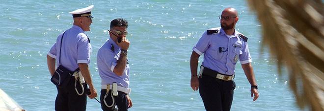 Bagnanti negano l'elemosina Rom spacca lettini in spiaggia e mostra i genitali ai presenti
