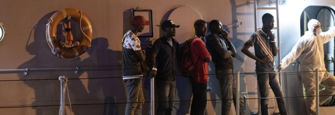 Migranti, sbarcati in 47 a Pozzallo dalla nave Sottile, altri 44 portati a Malta dall'Alan Kurdi