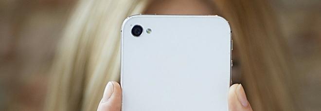 Gli smartphone fanno male, «tumori al cervello e alle orecchie»: attenti al 'valore SAR'