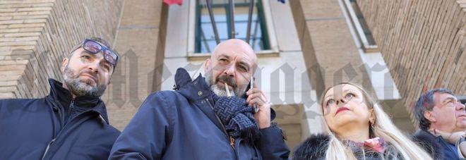 Sergio Pirozzi con i candidati alla Regione davanti al Tribunale di Latina