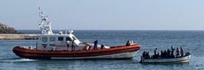 Migranti, nuovo sbarco a Lampedusa: in 15 arrivano a bordo di un gozzo