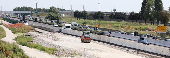 Lavori per la terza corsia e traffico estivo in autostrada