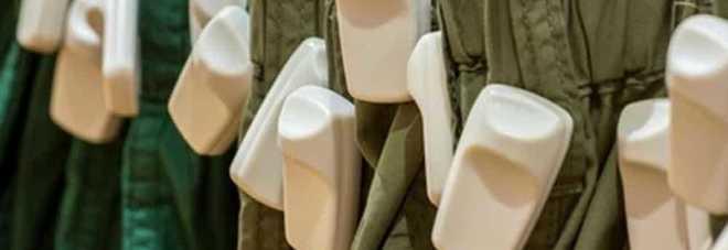 Fermato per furto di abiti: lancia la tessera bancomat contro ai poliziotti