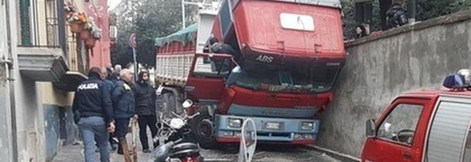Camionista muore schiacciato dal tir: era sceso per controllare la strada