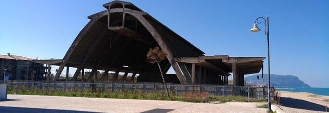 Luoghi che risorgono: la cattedrale dei gabbiani inaspettata sulla spiaggia