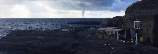 Maltempo, stop ai collegamenti con le isole per il forte vento. Neve sul Gargano