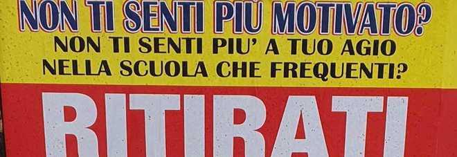 Il manifesto pubblicitario di Scuola Italia che invita gli studenti a ritirarsi per non farsi bocciare