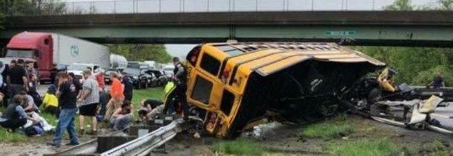 Scuolabus con 46 bimbi si scontra con un tir, un morto e 10 feriti. «Ragazzi fuggiti dal tetto»