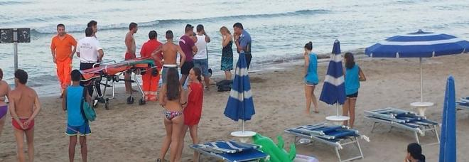 Malore mentre nuota a Sabbiadoro  lo portano a riva: muore in spiaggia