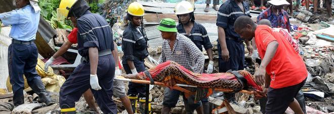 """Mozambico, crolla una """"montagna"""" di rifiuti: 17 morti, travolte cinque case"""