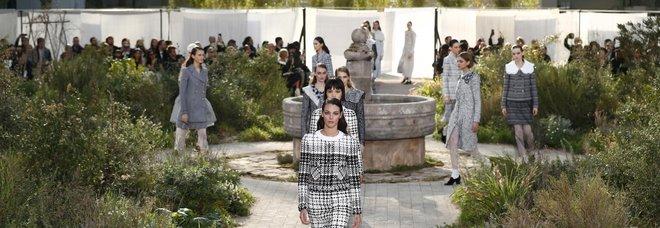 Chanel sfila nell'Abbazia dove visse da orfana Mademoiselle Coco tra look sobri e un tocco austero