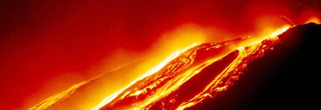Etna, eruzione dal cratere sommitale: fontane di lava e boati. Aeroporto di Catania operativo