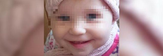 Bimba di 15 mesi muore per un cerotto antidolorifico. Madre sotto choc: «L'ho uccisa»