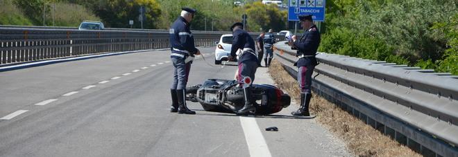 Scontro tra uno scooter e un'auto: centauro portato al pronto soccorso