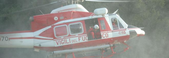 Macchia mediterranea a fuoco: serve l'elicottero per spegnere il rogo