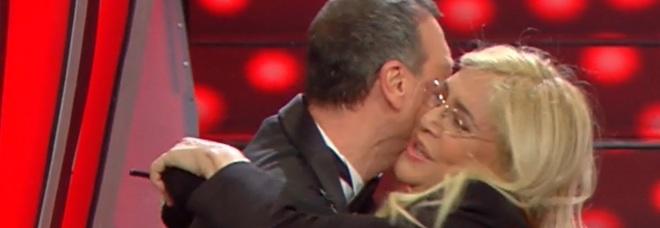 Sanremo 2020, Mara Venier iconica: scende le scale del festival con le scarpe in mano
