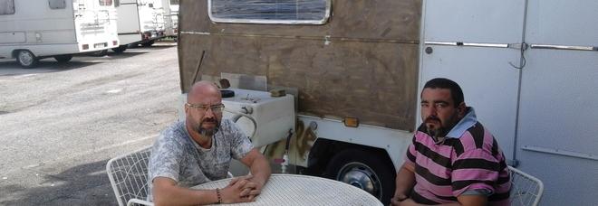 Rimasti senza lavoro da cinque anni vivono in roulotte: «Aiutateci»