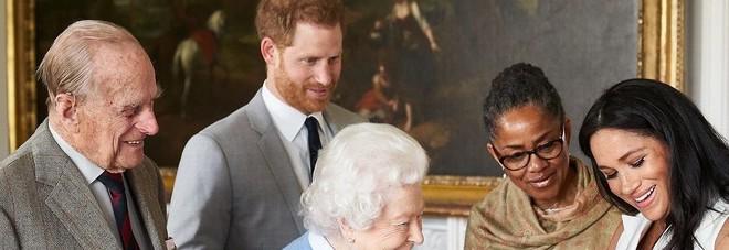 Royal Baby, la famiglia di Meghan Markle passa all'attacco: «Vogliamo incontrare Archie, ci rivolgeremo agli avvocati»