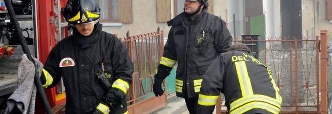 Corto circuito e incendio in casa nella notte: morti madre e figlio, trovati a terra abbracciati