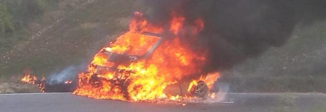Smart prende fuoco poco prima del ponte, due donne si salvano in extremis