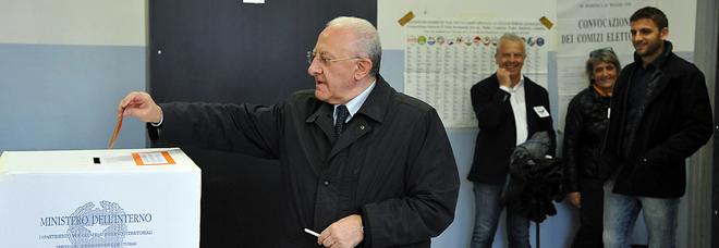De Luca resiste nella «sua» Salerno: Pd primo partito, risuperati i grillini