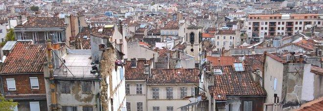 Marsiglia, paura alla marcia per vittime dei crolli: cede balcone, due feriti