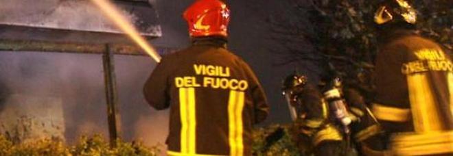 Roma, fiamme in ristorante cinese: palazzo evacuato, residenti in strada