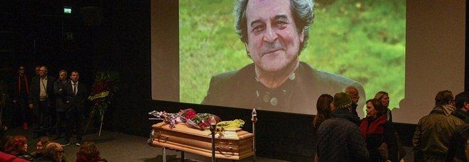 Ennio Fantastichini, folla alla camera ardente alla Casa del Cinema: il saluto degli amici attori