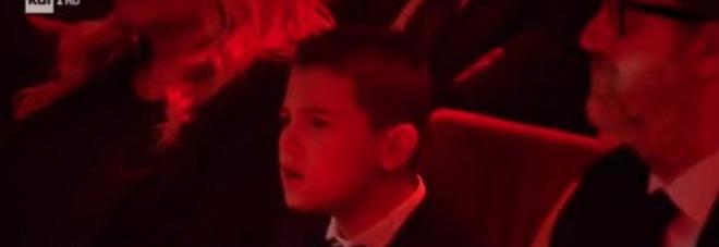 Sanremo 2020, il figlio di Amadeus canta a squarciagola Anastasio e fa impazzire il web