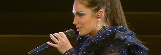 Sanremo 2020, Elettra Lamborghini fuori di seno, Amadeus la copre con i fiori