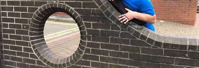 Un buco nel muro diventa un'attrazione turistica sul sito di Tripadvisor