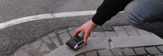 Classe in gita trova portafogli con 800 euro e lo restituisce