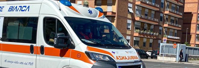Morto il bambino di tre anni precipitato dal balcone: «Un tragico incidente»