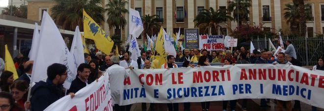 Camici bianchi in piazza: 600 medici manifestano a Bari