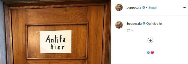 «Qui anti-fascista»: Beppe Sala affigge il cartello sulla porta di casa, pioggia di like su Instagram