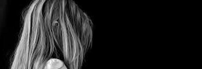 Fanno prostituire la figlia di 13 anni in cambio di regali: i genitori accusati di violenza sessuale