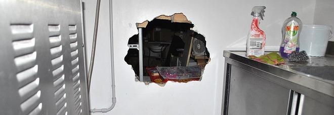 Buco nel muro della gelateria poi i ladri fanno incetta di sigarette e gratta e vinci