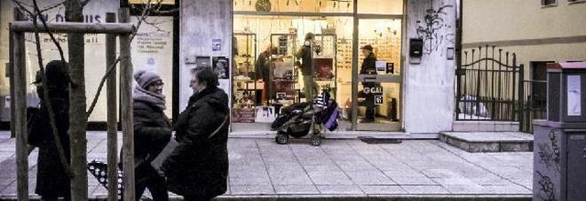 Esasperati da furti e rapine: in 50  inseguono il ladro e lo bloccano