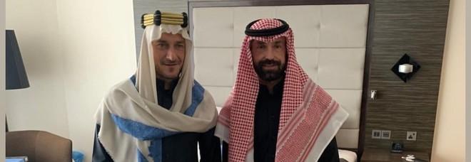 Francesco Totti e Andrea Pirlo vestiti da arabi prima di un match a Riyad