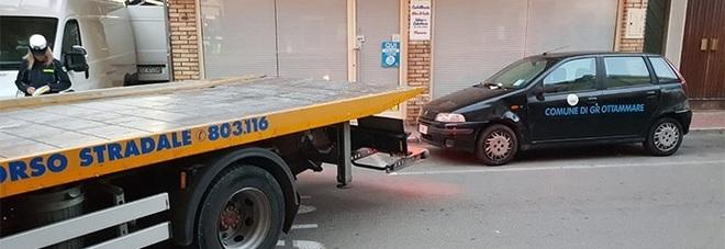 L'auto del Comune è in divieto: multa dei vigili e carroattrezzi
