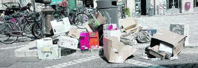 Una montagna di rifiuti abbandonati in piazza Garibaldi