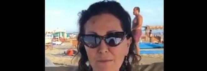 Daniela Santanchè e gli auguri di Ferragosto con gaffe: tutti guardano quello che accade dietro VIDEO