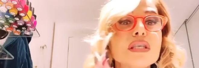 Barbara D'Urso, il video in cui insegna a lavarsi le mani fa il giro del web. I fan: «Ministro della Salute»