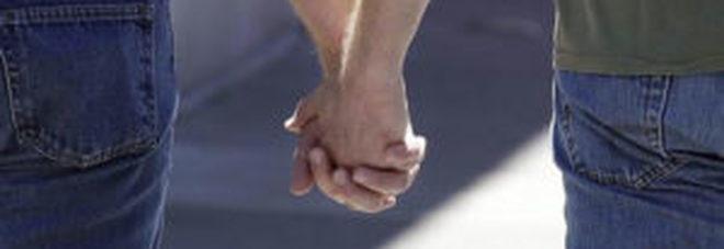 Mano nella mano, coppia gay insultata e schiaffeggiata in piazza: 21enne denunciato