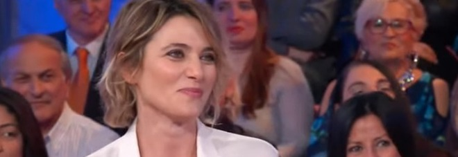 Anna Foglietta a Vieni da me: «Prima di entrare ho ricevuto una foto piena di m***». Caterina Balivo reagisce così (frame Rai)