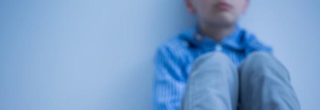 Calci e spintoni all'alunno autistico: sospesa una maestra elementare